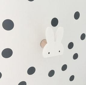 Pat re design lapin blanc en bois peint coller ou fixer for Patere chambre enfant